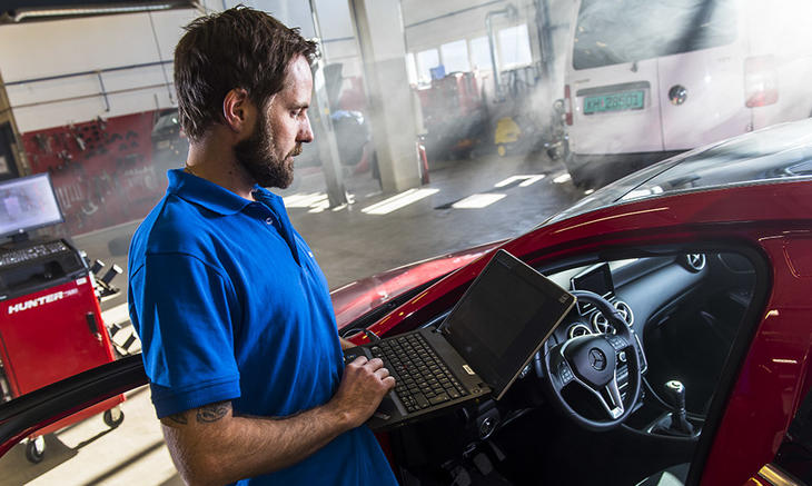 Mann som utfører etterkontroll på Snap Drive-verksted