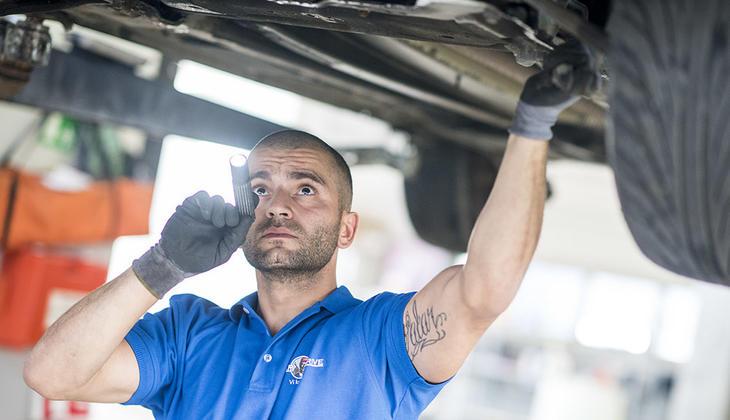 Verkstedarbeider som sjekker hjuloppheng på Snap Drive